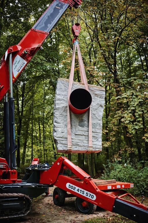 Montaż pracy Na przestrzał Krzysztofa M. Bednarskiego w parku w Orońsku, realizacja Granity Skwara, foto Katarzyna Purchalak