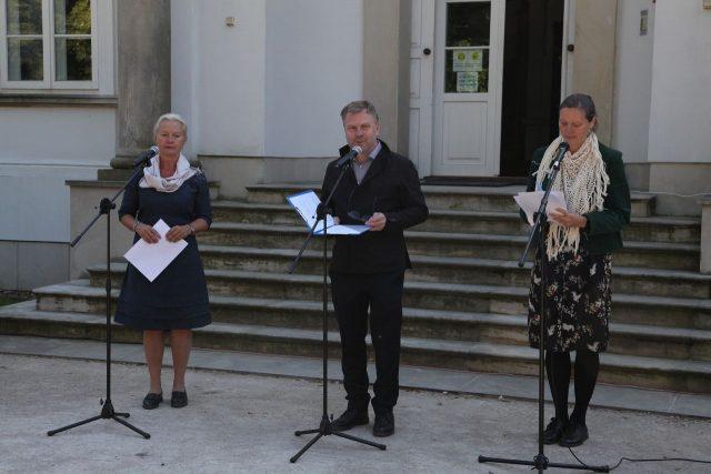 Od lewej kuratorka wystawy Eulalia Domanowska Dyrektor Centrum Rzeźby Polskiej Maciej Aleksandrowicz,
