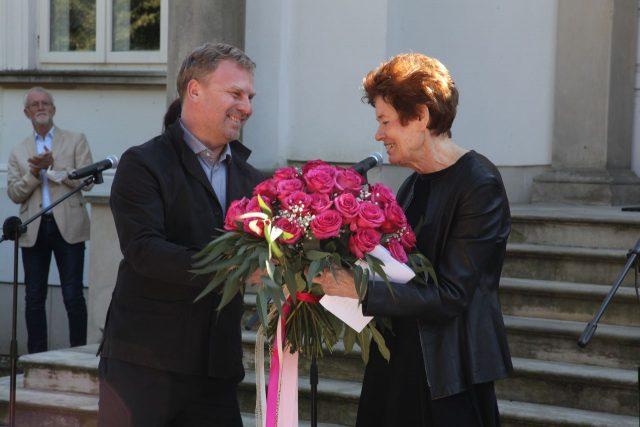 Maciej Aleksandrowicz wręcza kwiaty artystce