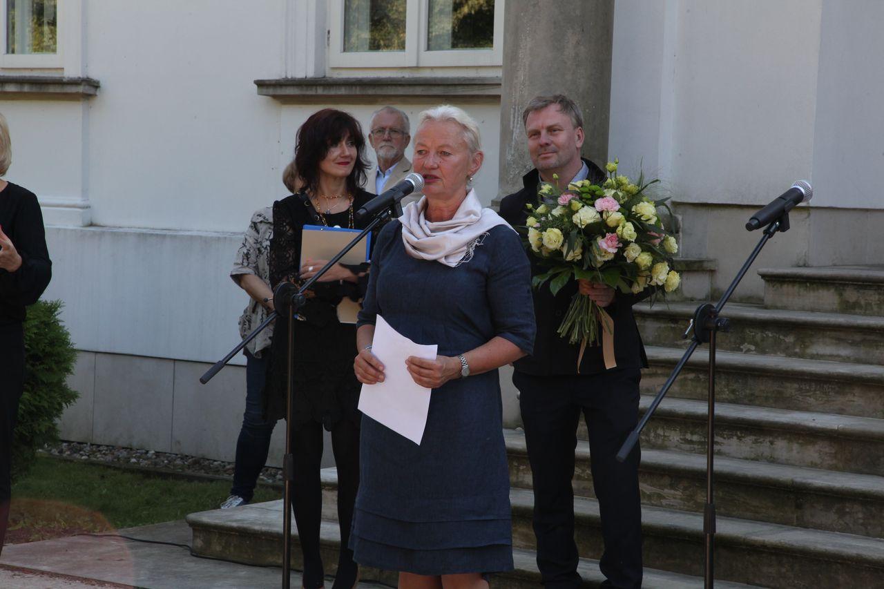 Wernisaż, przemiawia pani Eulalia Domanowska, kuratorka wystawy
