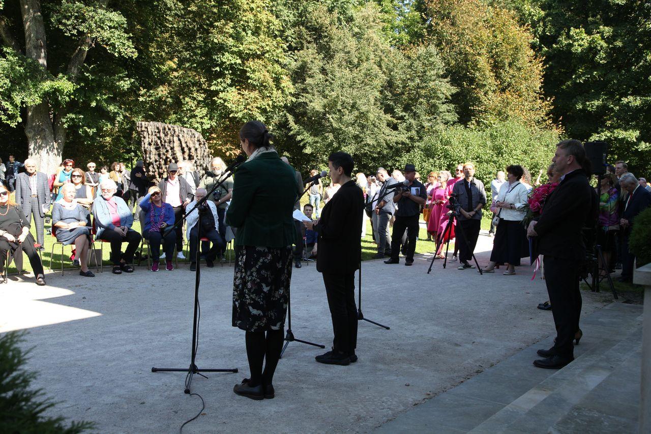 Publiczność zgromadzona przed pałacem Józefa Brandta podczas przemówienia