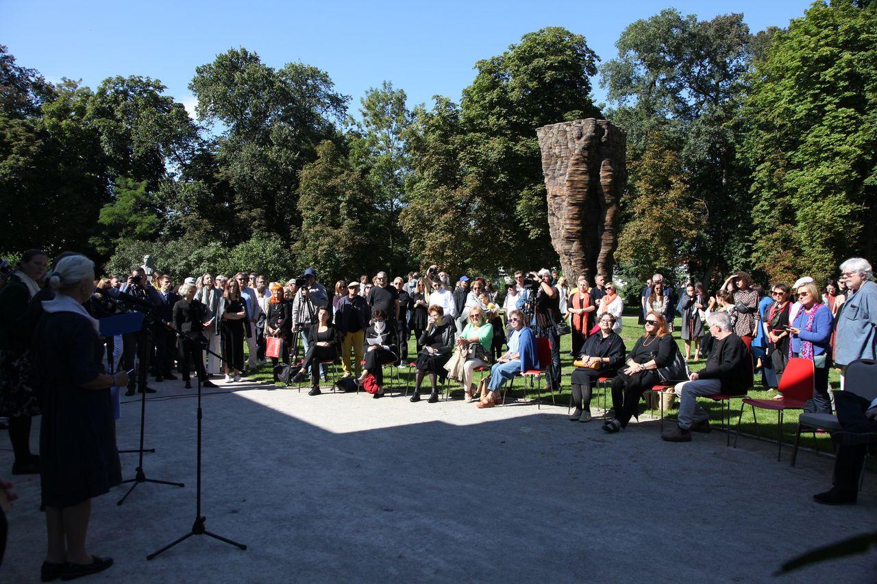 Publiczność zgromadzona przed pałacem Józefa Brandta